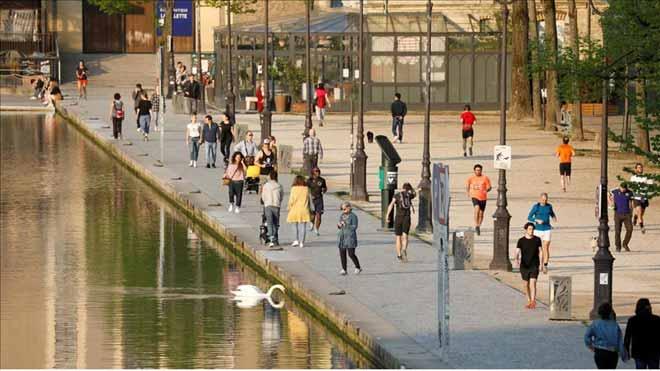Francia amplía el confinamiento hasta el 11 de mayo. En la foto, los franceses disfrutando del buen tiempo junto al canal de Ourcq, el domingo.