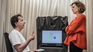 Luca Bonatti yAna Martín, investigadores de la UniversitatPompeu Fabra, en el laboratorio donde se desarrollan sus experimentos.