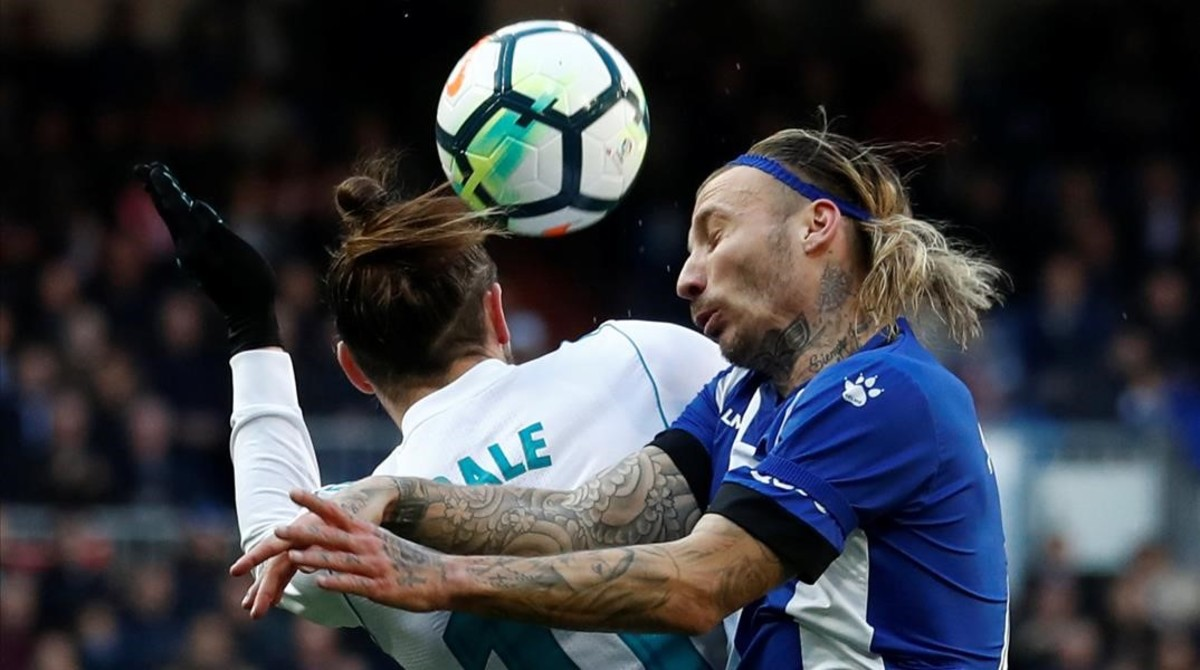 Gareth Bale y Alexis luchan por un balón aéreo.