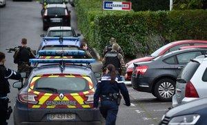 Gendarmes vigilan el acceso al cuartel de Dieuze, donde se produjo el ataque.