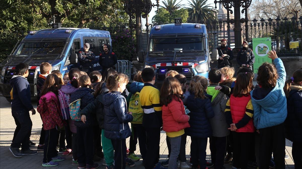 Un grupo de escolares frente al Parc de la Ciutadella.