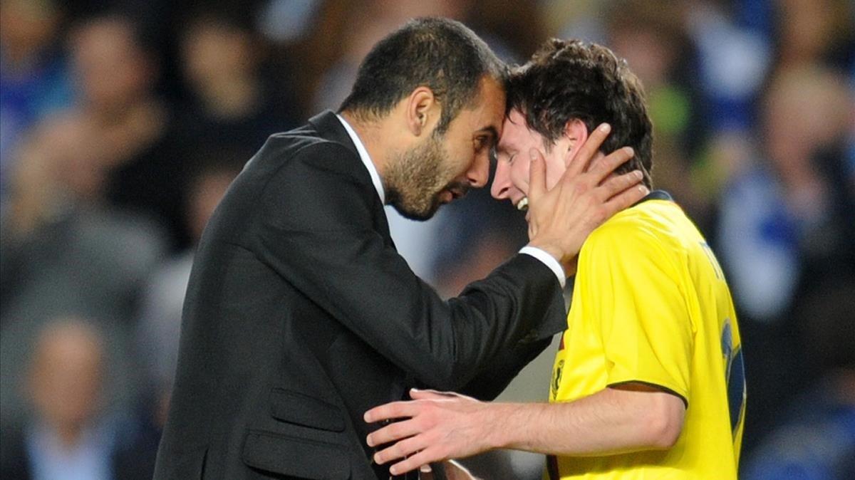 Guardiola y Messi celebran el gol de Iniesta en Stamford Bridge (2009).