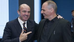 Guindos i Varufakis, en una reunió de l'Eurogrup a Luxemburg, el juny passat.
