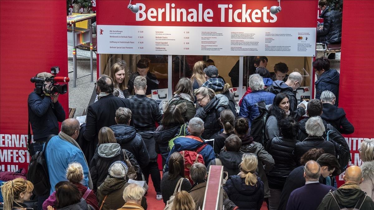 Colas para comprar entradas para las sesiones de la Berlinale, este martes.