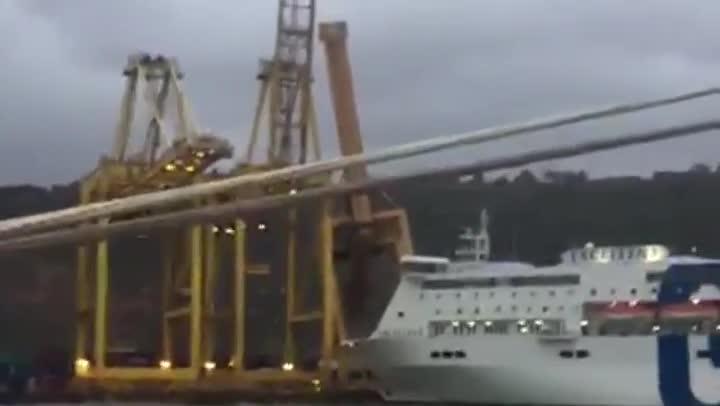 Incendi al Port de Barcelona. Un vaixell ha topat amb una grua i aquesta s¿ha incendiat. El xoc s¿ha produït quan l¿embarcació sortia d¿una de les terminals de mercaderies del Port -APM Terminals Barcelona- i no hi ha ferits.
