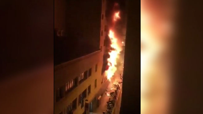 Espectacular incendio en un local de la calle de Balmes de Barcelona.