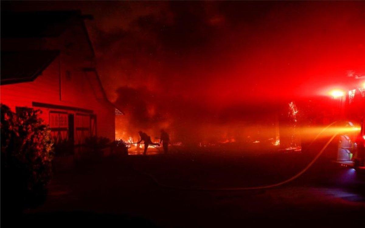 Los incendios en California se extienden por vencindarios y zonas urbanas.