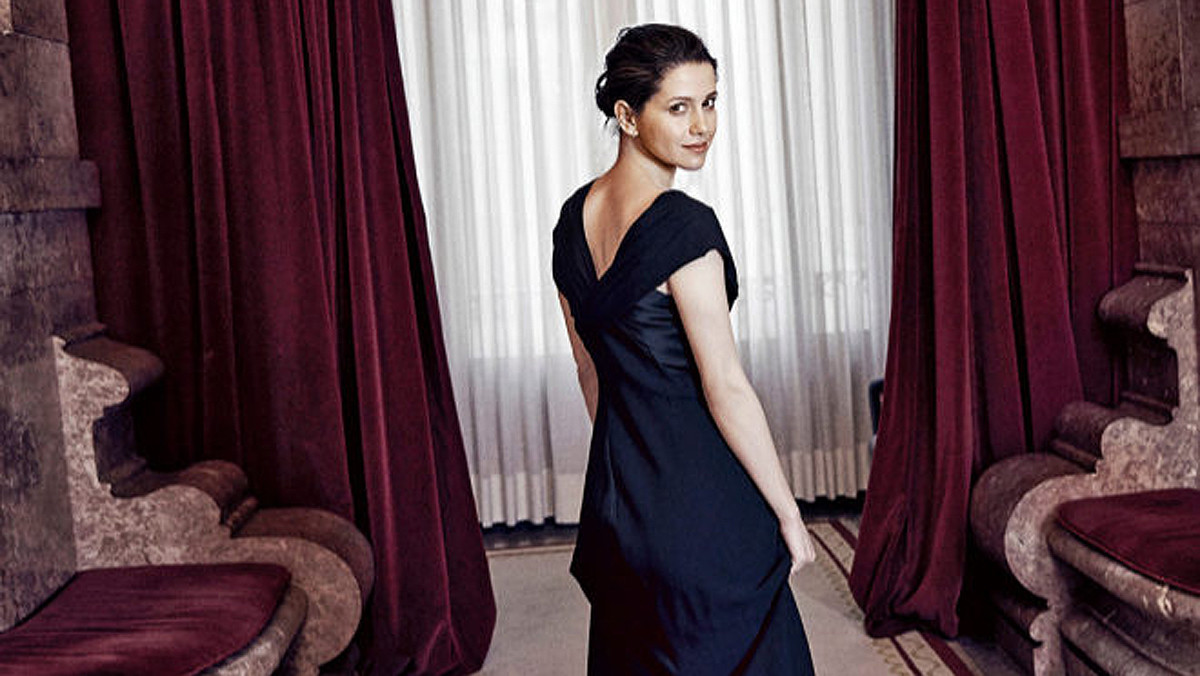 Inés Arrimadas posa para Telva vestida de noche en el Salón de los Pasos Perdidos del Parlament.