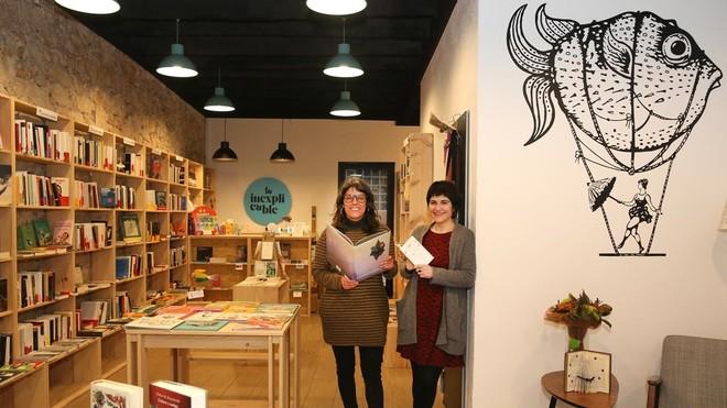 Gloria Aquillo y Anun Jiménez, las socias que han puesto en marcha La Inexplicable, en la librería. El diseñador del logo es Albert Carreras.