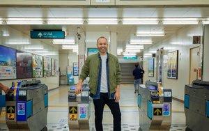 Iniesta, en el metro de Kobe.