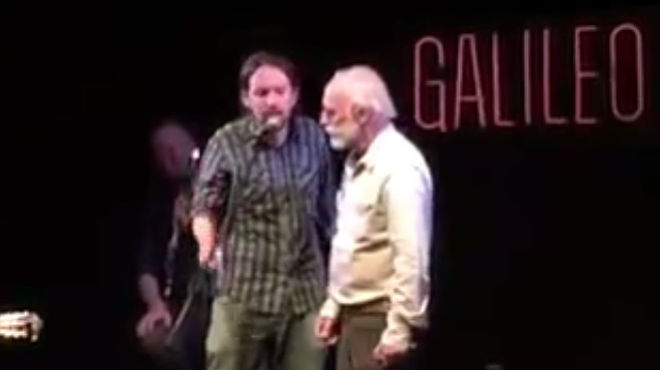 Javier Krahe y Pablo Iglesias versionan 'Cuervo ingenuo' en la sala Galileo de Madrid, el pasado noviembre.