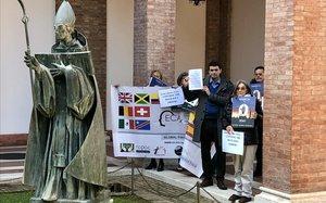 Miguel Hurtado junto a otras víctimas de abusos cometidos por religiosos de congregaciones u órdenes este viernes en la sede de la Conferencia Benedictina.