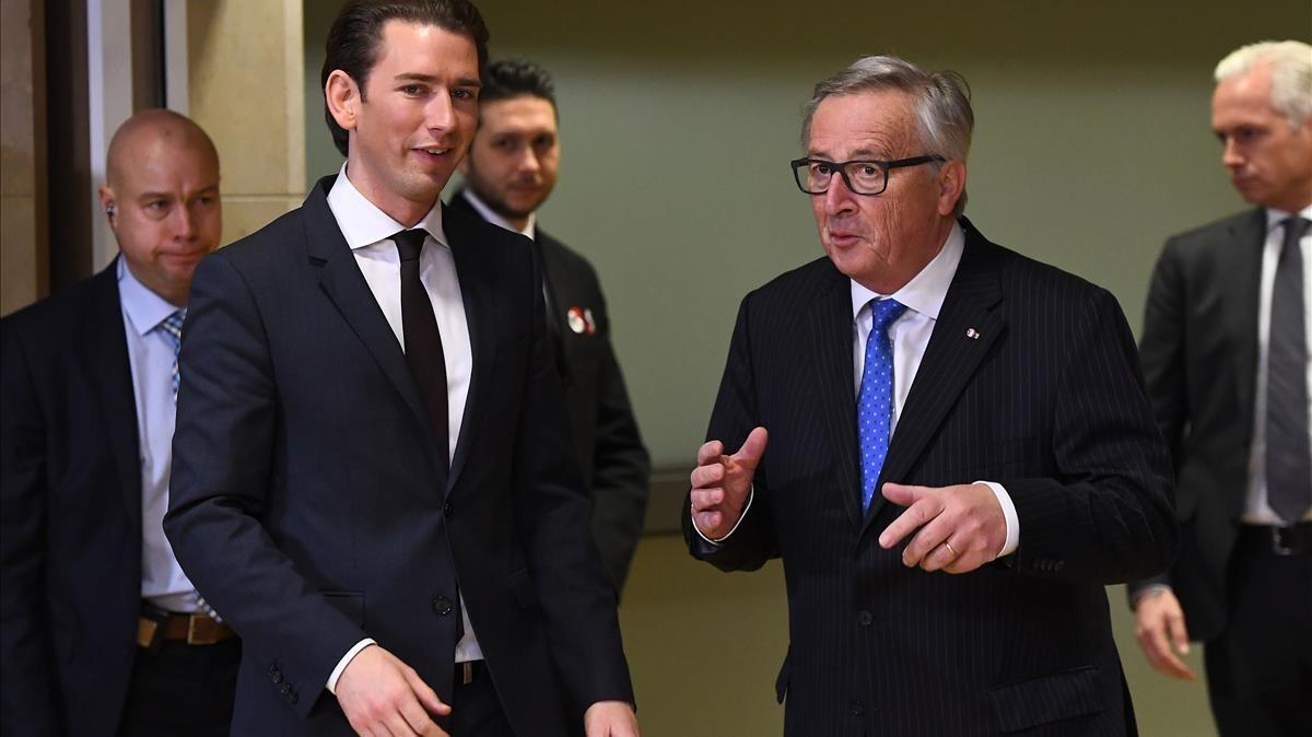 Jean-Claude Juncker (derecha) y Sebastian Kurz, a la llegada del nuevo canciller austriaco a la Comisión Europea, en Bruselas, el 19 de diciembre.