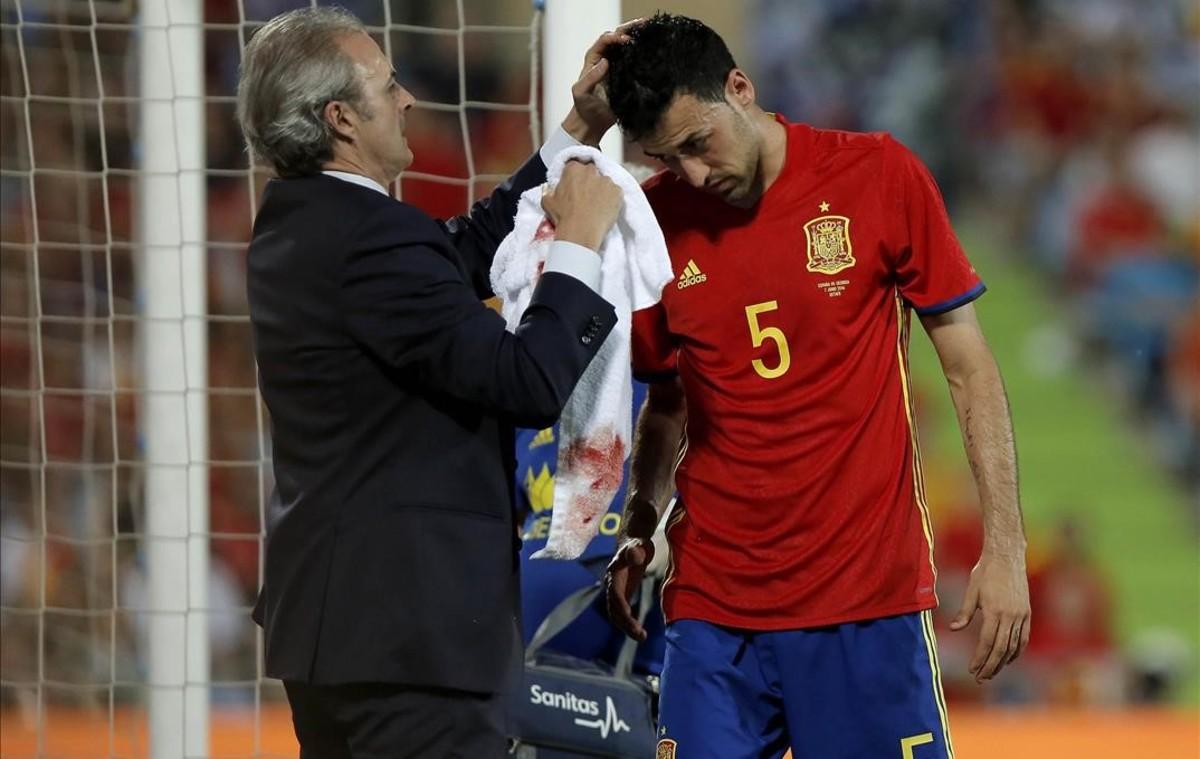 Sergio Busquets se hizo una brecha en la cabeza durante el encuentro amistoso contra la selección de Georgia.