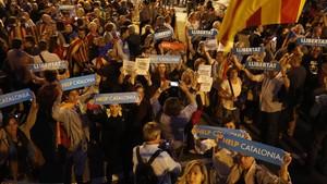 Concentración para pedir la libertad de Jordi Sànchez y Jordi Cuixart en Diagonal con paseo de Gràcia (Barcelona).