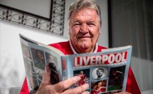 John Benjamin Toshack, tras la entrevista con El Periódico, con un libro de las leyendas del Liverpool.