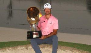 Jorge Campillo posa con el trofeo conquistado en Qatar