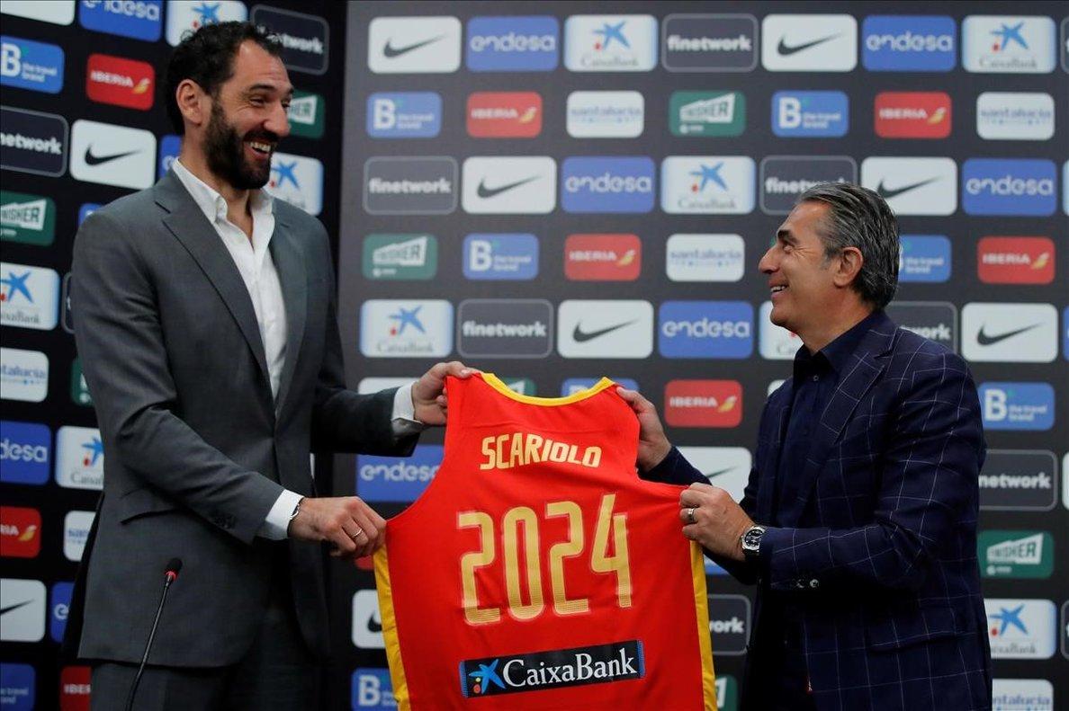 Jorge Garbajosa, presidente de la Federación, posa con Sergio Scariolo en el acto en el que se ha anunciado su continuidad