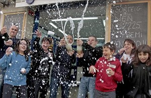 Los propietarios de una administración de loteríadel Hospitalet de Llobregat celebran el haber vendido dos series premiadas.