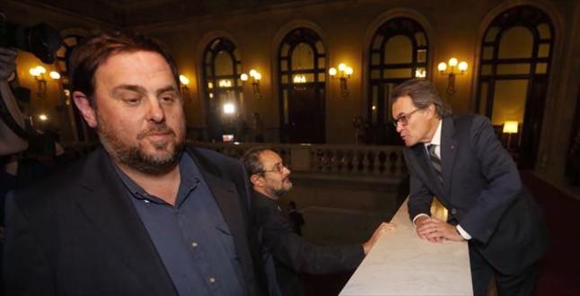 Junqueras, Baños y Mas, en las escaleras del Parlament, durante el debate de investidura.
