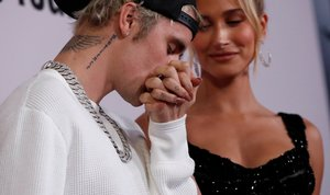 Justin Bieber besa la mano de su esposa, Hailey Baldwin, en la alfombra roja de su documental en Youtube, 'Seasons'.