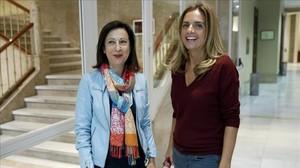 Las diputadas Margarita Robles y Susana Sumelzo, que mantuvieron el no a Rajoy, la semana pasada en el Congreso.