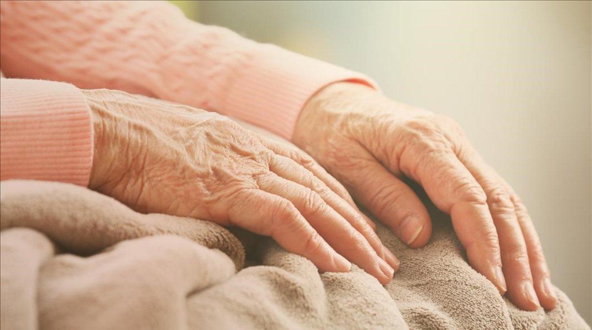 Las manos de una anciana.