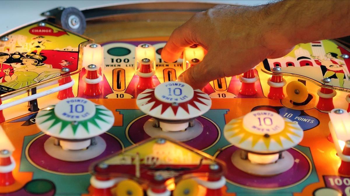 Las máquinas de 'pinball' son un elemento esencial de la novela 'El secreto de las fiestas'.