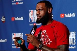 LeBron James hablando con la prensa tras el entrenamiento.
