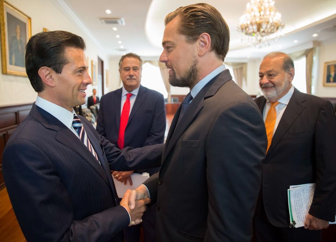 Leonardo DiCaprio saluda al presidente de México, Enrique Peña Nieto, ante la mirada de Carlos Slim.