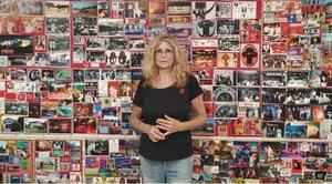 Lidia Gómez posa junto a un muralde la exposición.