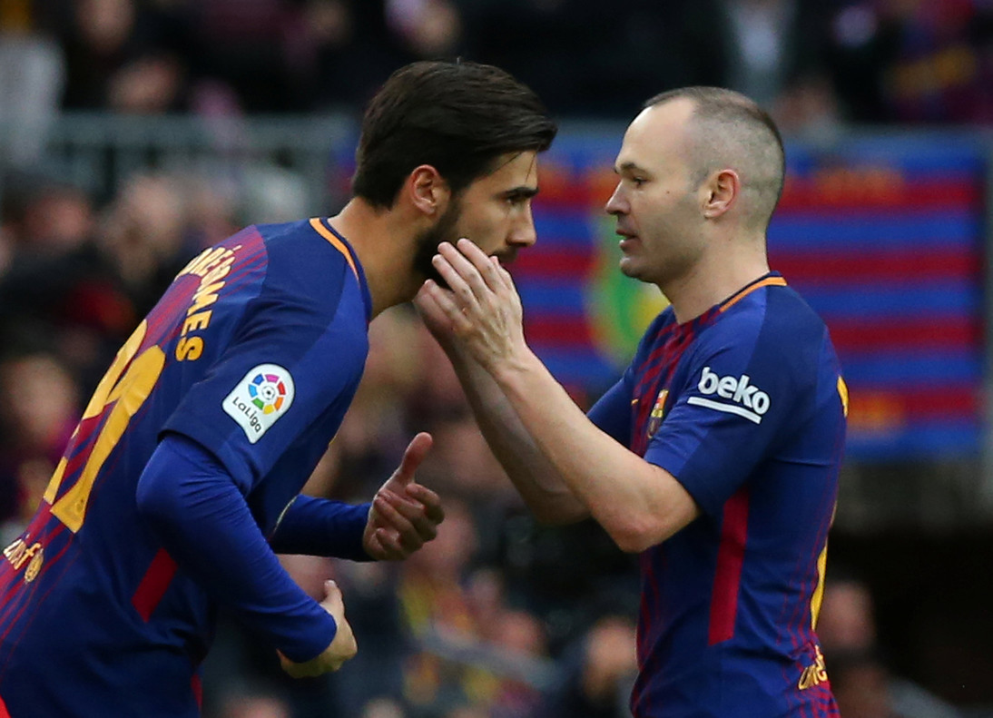 Soccer Football - La Liga Santander - FC Barcelona vs Atletico Madrid - Camp Nou, Barcelona, Spain - March 4, 2018 Barcelonaâ¿¿s Andre Gomes comes on as a substitute to replace Andres Iniesta REUTERS/Albert Gea