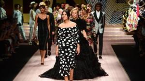 Desfile de Dolce & Gabbana, con Monica Bellucci en primer plano.