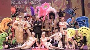 Jean Paul Gaultier, en el centro, acompañado por todo el elenco artístico del Folies Bergère.