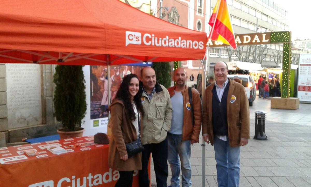 Los concejales de Ciutadans en Mataró se hicieron esta fotografía delante de la parada, en La Riera, donde se puede ver la bandera española que después sería sustraída y quemada.