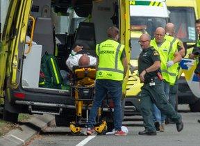 Los equipos de emergencia atienden a uno de los heridos en la mezquita Al Noor de Christchurch (Nueva Zelanda).