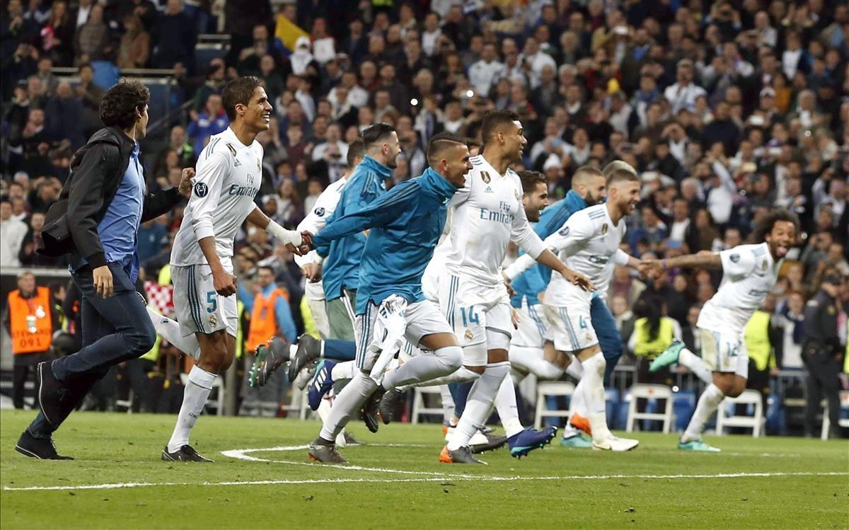 Los jugadores del Madrid celebran la clasificación para su tercera final consecutiva de Champions