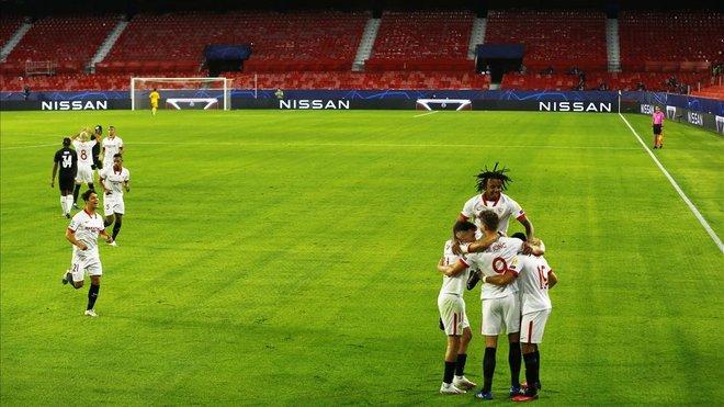 Los jugadores del Sevilla celebrando el gol de De Jong