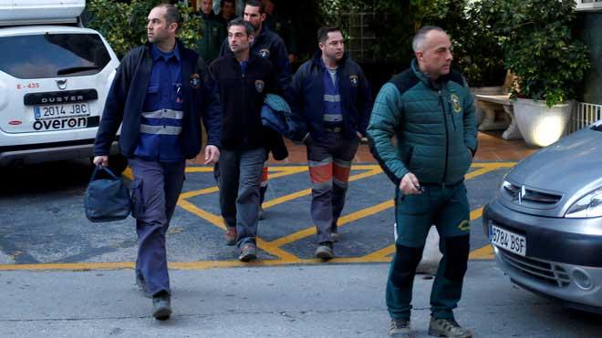 Los mineros asturianos podrían hoy comenzar a excavar la galería que les llevará hasta Julen. En la foto, los mineros salen de su hotel para dirigirse a la zona de los trabajos.