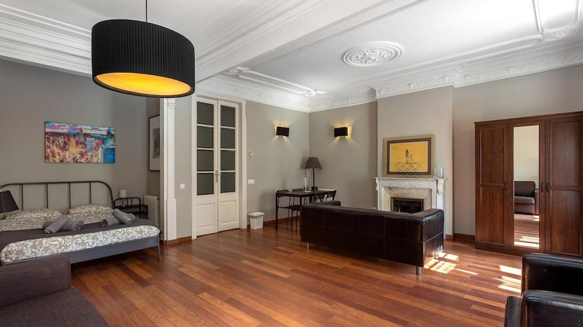 El 40% de los pisos turísticos de Barcelona pasan a alquiler residencial con la crisis del coronavirus, según explica Enrique Alcántara, de APARTUR. En la foto, interior de un piso turístico en el centro de Barcelona.