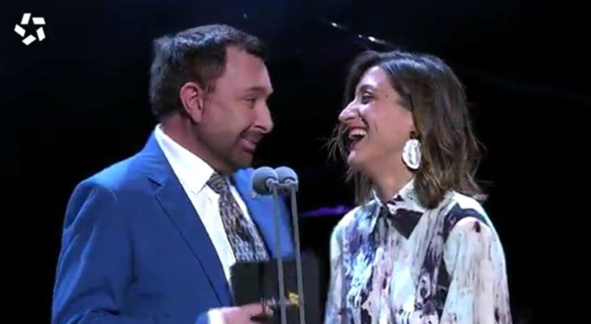 Susi Caramelo y José Manuel Parada, la pareja más bizarra y divertida de los Premios Iris