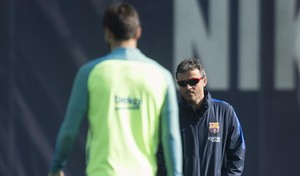Luis Enrique observa a André Gomes durante un entrenamiento.