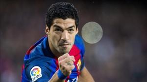 Luis Suárez celebra el primer gol del Barça, marcado con una espectacular tijera.