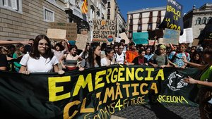 Manifestantescontra el cambio climático, en la plaza de Sant Jaume, en Barcelona.
