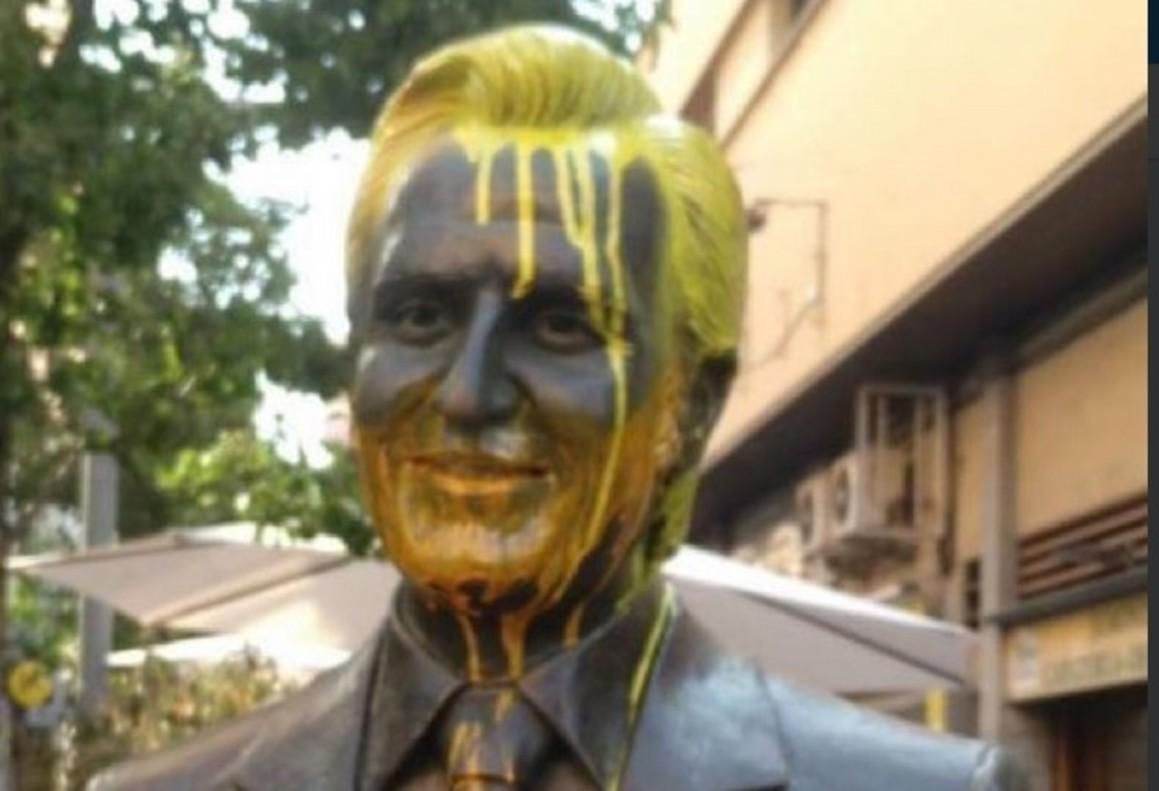 La estatua de Manolo Escobar en Badalona, pintada de amarillo