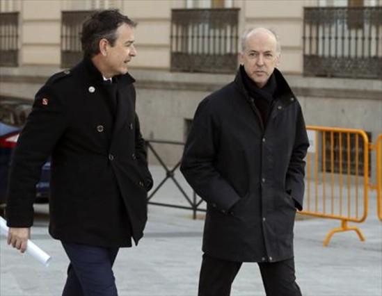 Manuel Sánchez Ortega y Felipe Benjumea (derecha), camino de la Audiencia Nacional para declarar por las indeminizaciones percibidas.