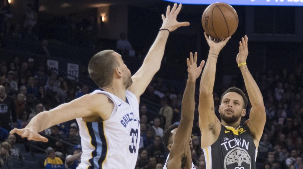 Marc Gasol intenta evitar un triple de Stephen Curry en el Warriors-Grizzlies.