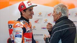 Marc Márquez y Giacomo Agostini conversan, el pasado año, en el circuito australiano de Phillip Island.