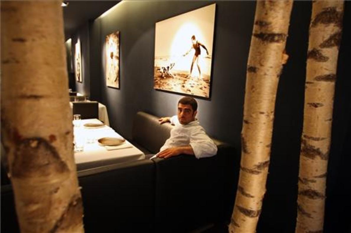 Marc Roca, sentado en el comedor de Blau ante una imagen de Colita. Foto: Ricard Cugat