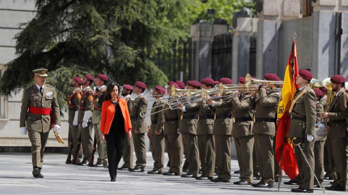 Margarita Robles pasando revista a las tropas.
